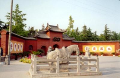 """白马寺,坐落于河南省洛阳市东十二公里处,北依邙山,南望洛水。始建于东汉永平十一年,(公元68年),是佛教传入中国后建造的第一座寺院。它对中国佛教的传播和发展,对于中外文化交流,有着重要的意义,在中国佛教史上具有特殊的地位,被尊为""""释源""""和""""祖庭""""。1961年被国务院定为第一批全国重点文物保护单位。   洛阳作为东汉的国都是当时全国最大的城市,也是当时世界上的著名大都市。天竺(今印度)高僧摄摩腾竺法兰传教至此,带来大量佛教经典,汉明帝刘庄敕令按照佛教传统式样修建了第一座寺庙,相传是白马从大月氏(今阿"""