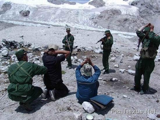 在新疆私自进行勘探的两名小日本被抓时的情景