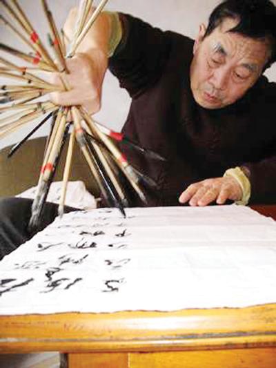 奇人 手握46支毛笔书写