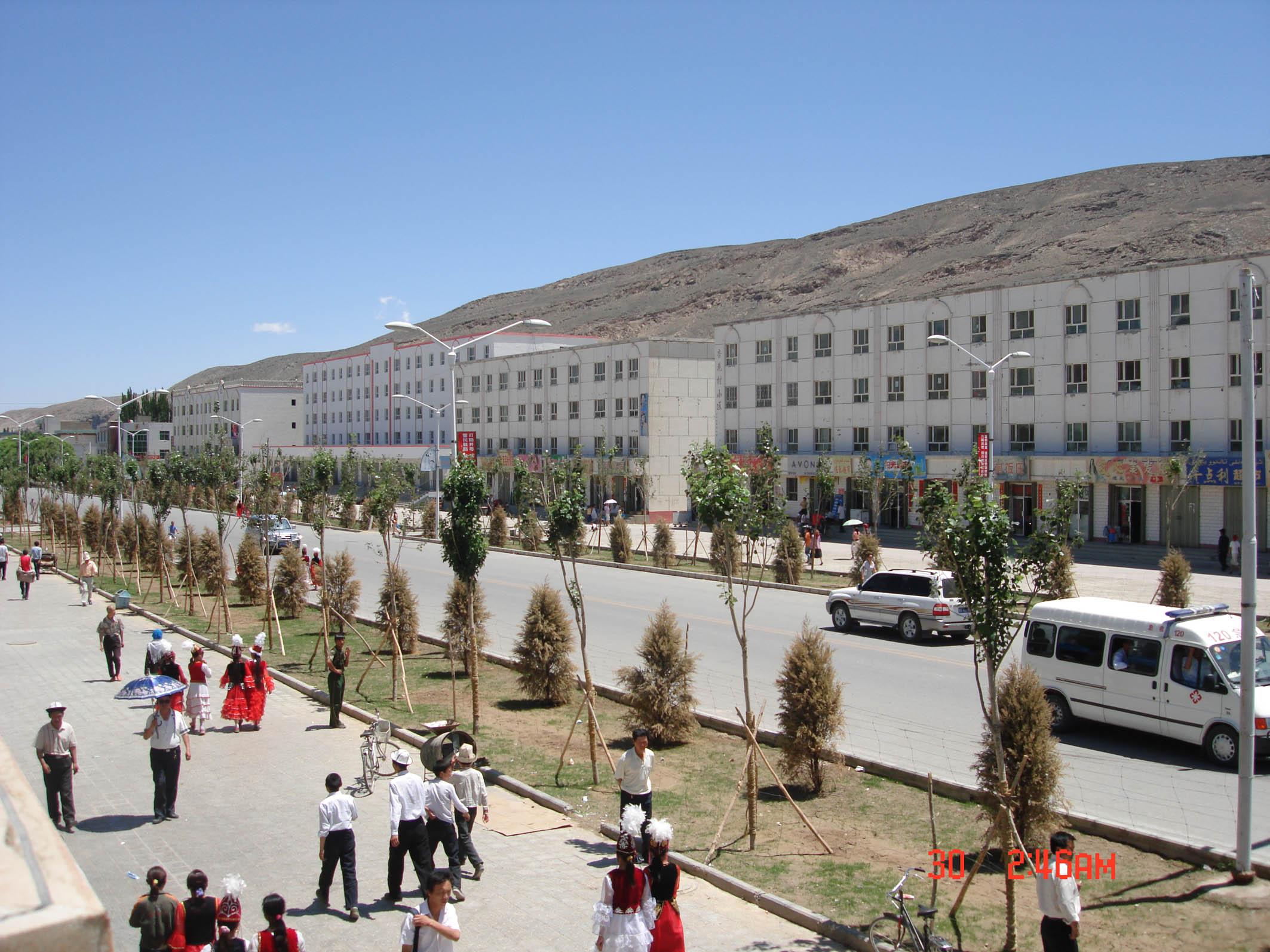 阿合奇县位于克孜勒苏柯尔克孜自治州北部,天山南麓托什干河上游。东与乌什县、柯坪县毗邻,南与巴楚县、阿图什市交界,北、西与吉尔吉斯斯坦接壤(边境线长276公里),总面积1.22万平方公里。辖1镇、5乡,23个村民委员会。县城距乌鲁木齐市1184公里。 1995年末总人口为3.