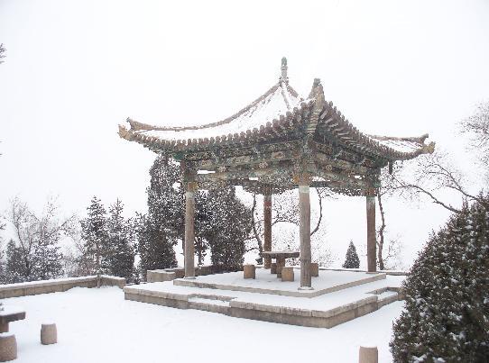 西岩山一景 亭台楼阁风雪中