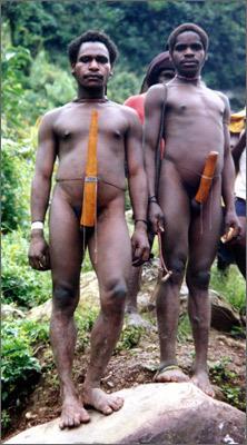 把生殖器绑在腰上的非洲象人族